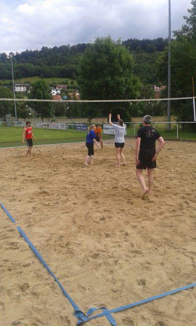 Hier wird gespielt: gepflegter Sand und neu justiertes Netz in Straßberg.